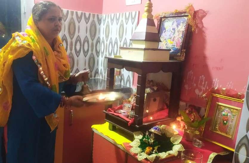 नहीं खुले मंदिरों के पट, पसरा रहा सन्नाटा, श्रद्धालुओं ने घर में पूजा-अर्चना कर की सुख-समृद्धि की कामना