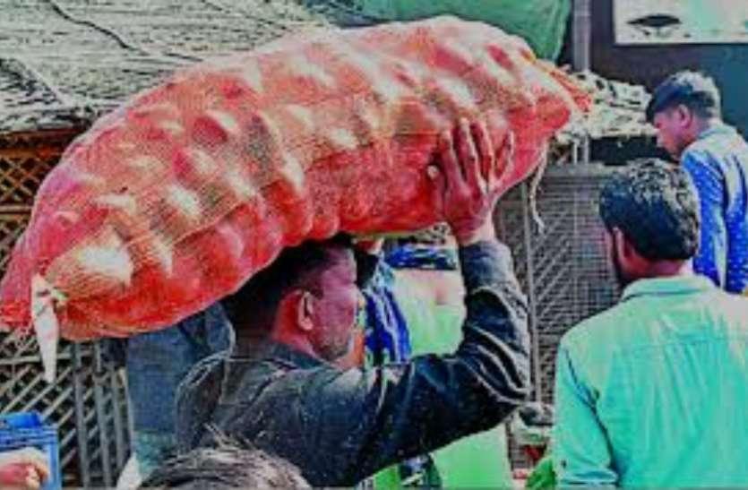 बिना आवक के महज डेढ़ महीना का बचा हुआ है राशन और सब्जियों का स्टॉक, सप्लाई के लिए विशेष पास की मांग