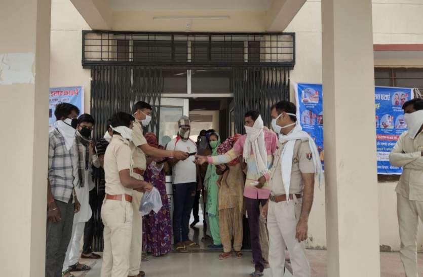 रिड़मलसर में पुलिस ने बांटे मास्क