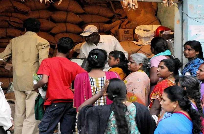 मार्च का चावल पहुंचा नहीं, अपै्रल-मई का चावल एक साथ देने के आदेश के बाद बढ़ी भीड़