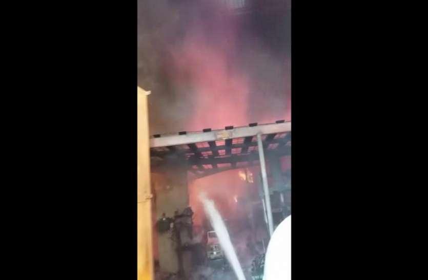 टायर फैक्ट्री में अचानक लगी भीषण आग, इसके बाद दिखा खौफनाक मंजर