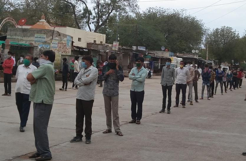 Traveling Nine Hundred Kilometers -- निजी वाहनों से नौ सौ किमी दूरी तय कर रतनगढ़ पहुंचे लोग, पुलिस ने रोका