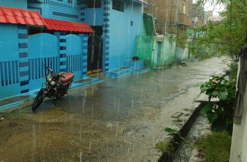 तेज हवा और गरज-चमक के साथ आधे घंटे हुई बारिश