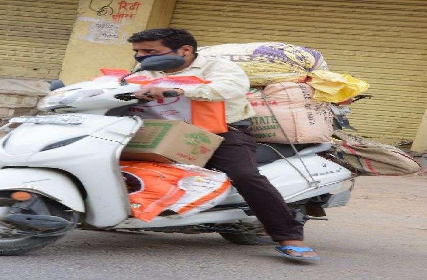 kishangrh_कोई स्कूटी पर तो कोई सिर पर लाद कर ले जा रहा परचुनी का सामान