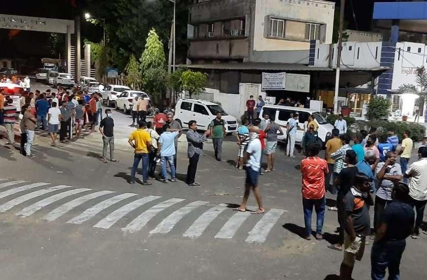 ट्रक चालकों ने पुलिस और शुगर मिल संचालकों पर किया पथराव