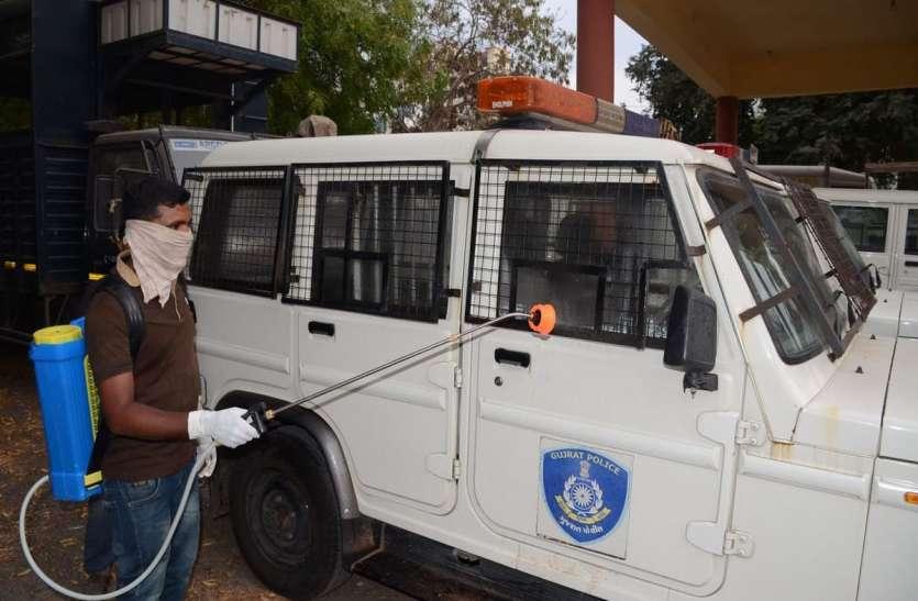 Corona virus : पुलिस के वाहनों पर किया सेनेटाइजर का छिड़काव