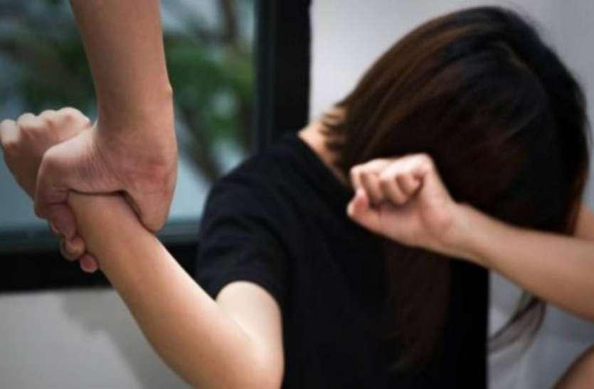 Lockdown: घर के बाहर झाड़ू लगा रही महिला से पड़ोसी ने की छेड़छाड़, फिर दिखा हैरान करने वाला मंजर