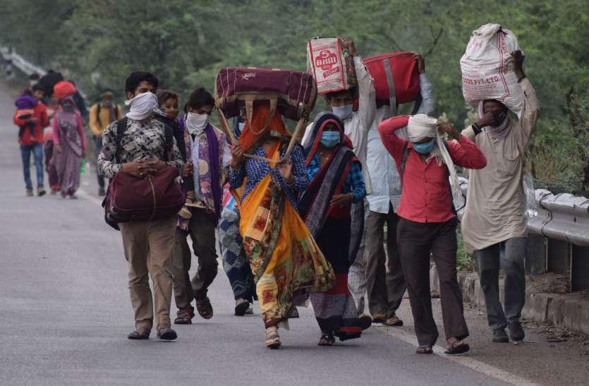 घर पहुंचने के लिए सैकड़ों किलोमीटर पैदल चल रहै लोग