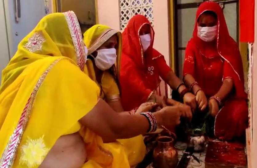 अपने घरों में ही गणगौर पूज रही महिलाएं, काम आ रही अपील