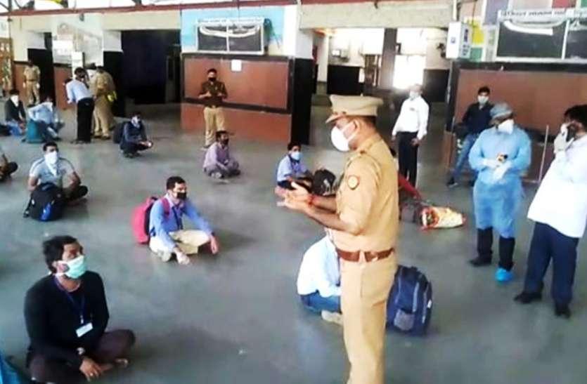 ट्रेन की बोगी में छिपे यात्रियों को जीआरपी ने दबोचा, होम क्वारंटाइन की मुहर लगाकर किया रवाना