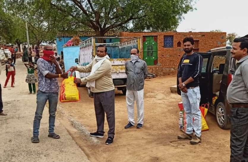 गरीबों को बांटी भोजन सामग्री, आदिवासियों के खिले चेहरे