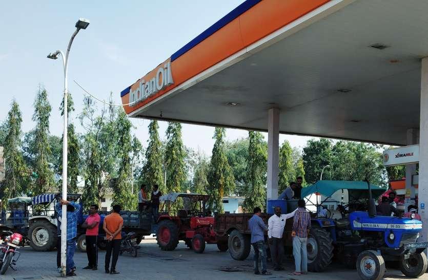 डीजल, पेट्रोल के लिए लग रही कतारें, किसानों को डर है कि बंद न हो जाए पेट्रोल पंप