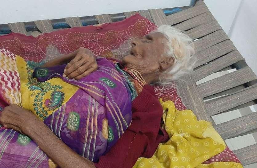 104 पर कॉल करने के बाद नहीं आई एम्बुलेंस, 90 वर्षीय वृद्धा घर पर इलाज के लिए तड़पी