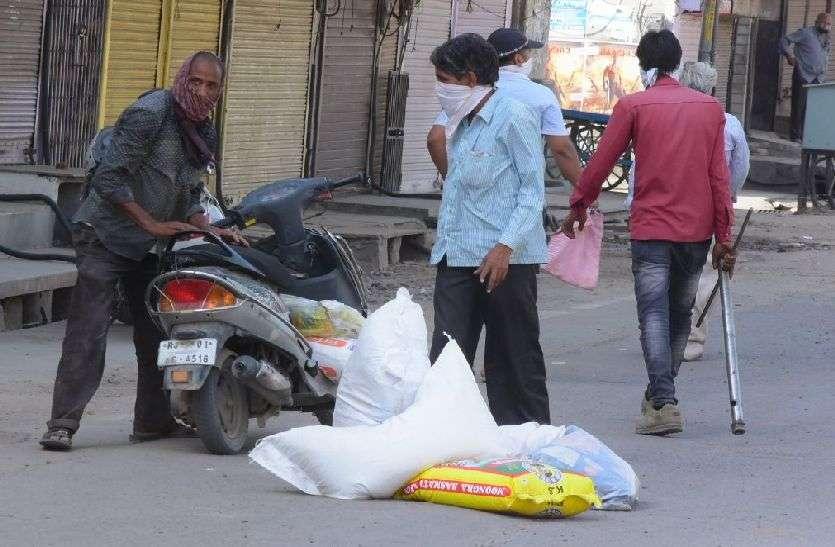 kishangarh_घरेलू राशन सामग्री एकत्र करने में जुटे लोग