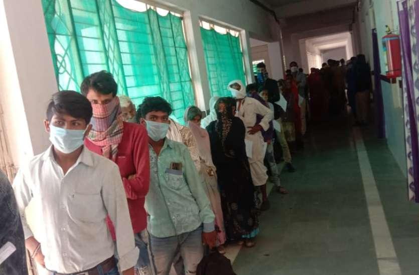 अस्पताल में टूटी चैन, सर्दी-खांसी के मरीज बढ़े तो अस्पताल के अंदर-बाहर लगी कतार