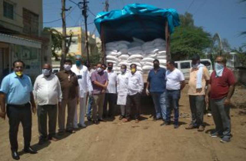 corona :  लॉक डाउन : व्यापारी व सामाजिक संगठनों ने जिला प्रशासन को सौंपा 1500 पैकेट खाद्य सामग्री