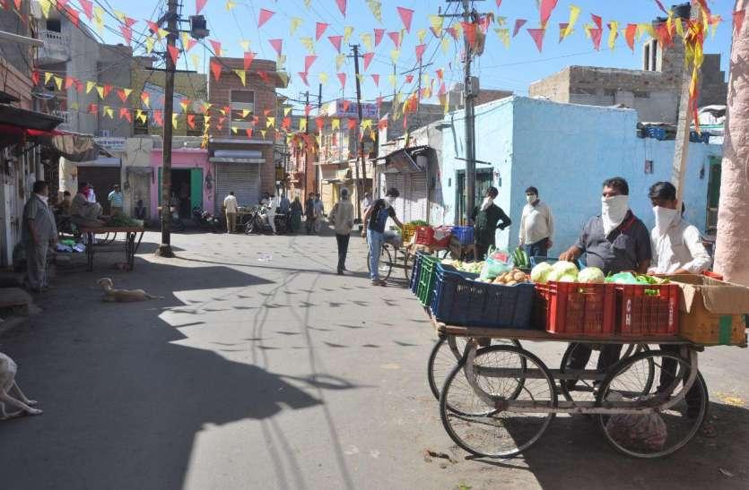 बाड़मेर  में सैकड़ों की संख्या में सब्जी खरीदते मिले लोग, आमजन के प्रवेश पर मुख्य मंडी में लगाई रोक