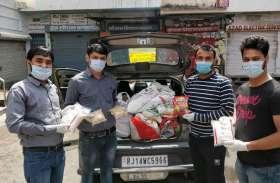 लॉक डाउन के बीच जरूरतमंदों को भोजन करवाते एक संस्था के लोग