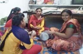 नवरात्रि के पर्व पर कोरोना का असर, इसलिए महिला व पुरुष भक्त घरों में कर रहे ये काम