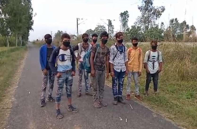 Lockdown: फैक्ट्रियां बंद होने के बाद रेलवे ट्रैक पर चलते हुए अपने गांव पहुंच रहे लोग
