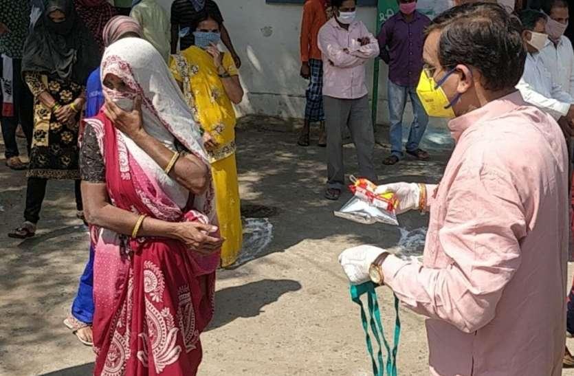 दिहाडी मजदूरों को बांटे मास्क, साबुन और भोजन के पैकेट