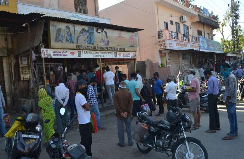 लॉकडाउन का छठा दिन, सुबह दुकानों पर खरीददारी करने पहुंचे लोग