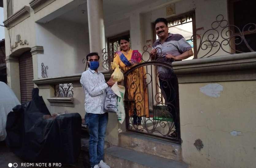 लोग मदद के लिए आगे आ रहे, दे रहे घरों से भोजन पैकेट