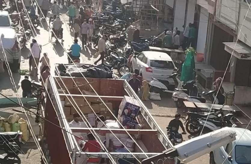भीड़ के आगे प्रशासन बेबस, समझाइश देने में लगे रहे पुलिसकर्मी