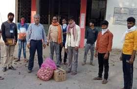 चांपा में फंसे गिरिडीह जिले के 14 कामगारों का प्रशासन ने जाना हाल, 50 किलो चावल के साथ दिए गए ये सामान