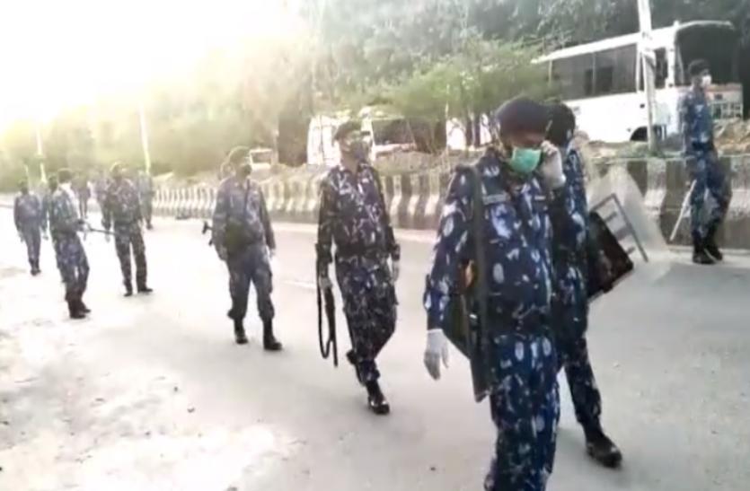 Noida: पैरामिलेट्री फोर्स ने सड़कों पर उतर किया एनाउसमेंट, बाहर निकलने पर 14 दिन के लिए किया जाएगा क्वारंटाइन