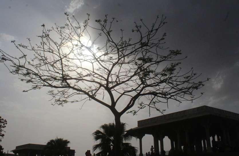 आधे दिन खिली धूप, दोपहर बाद मंडराए बादल