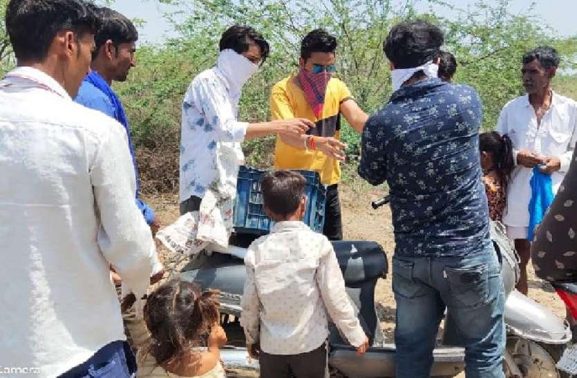जरूरतमंदों को भोजन पहुंचाने में मददगारों का बढ़ रहा कारवां