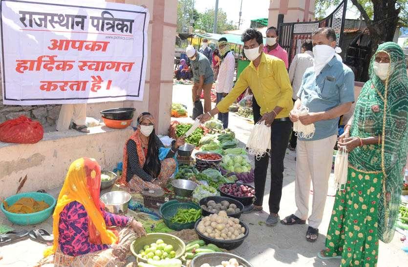 सिलाई की दुकान वाला राजू सैनी बांट चुका दो हजार मास्क, लोगों को भी कर रहा है जागरूक