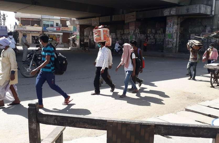 Lockdown: रोडवेज बस बंद होने पर अब पैदल ही दौड़ पड़े मजदूर