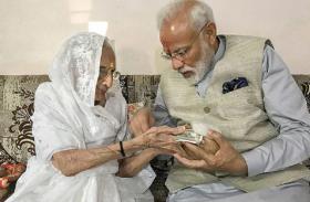कोरोना से लड़ाई में प्रधानमंत्री मोदी को मिला मां हीराबेन का साथ, PM केयर्स फंड में दान किए 25 हजार रुपए