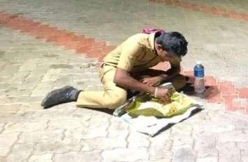 सोशल मीडिया पर वायरल हुई खाना खाते हुए पुलिसकर्मी की तस्वीर, लोग कर रहे हैं सलाम