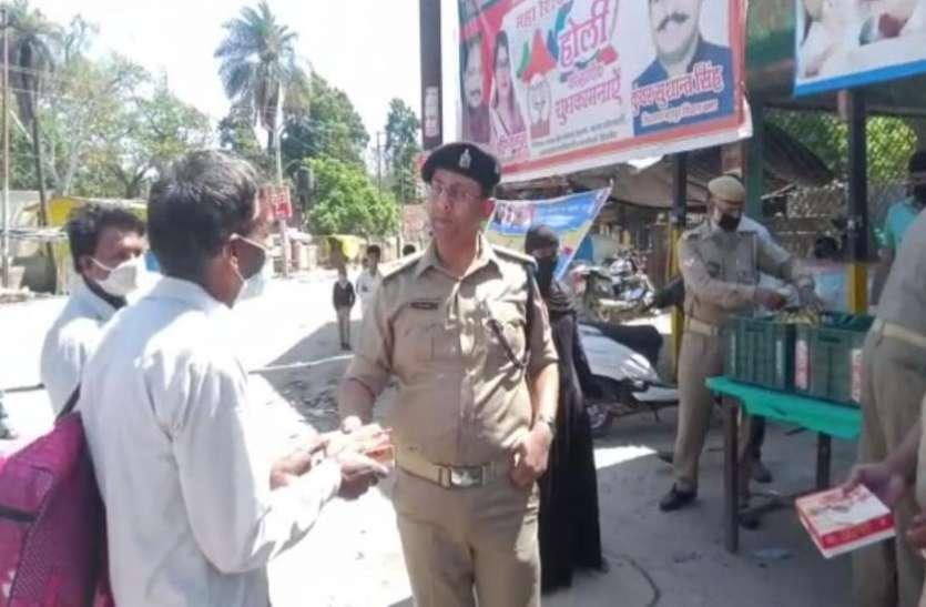 Lockdown में भूख से बिलखते राहगीरों के लिए मसीहा बन रही UP Police