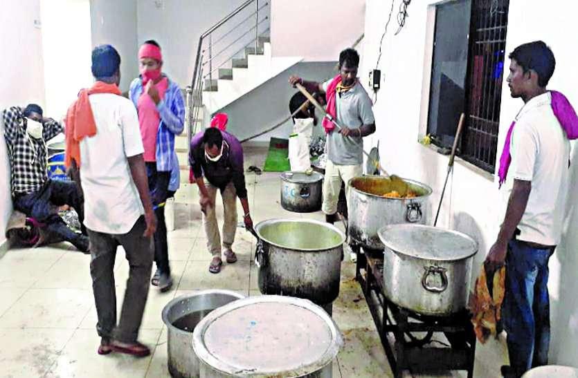 लॉकडाउन में कोई न रहे भूखा, मदद के लिए आगे रहे हैं लोग, प्रशासन खिला रहा भोजन ...
