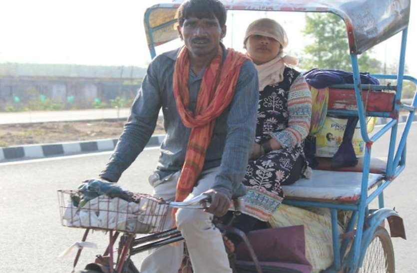 लॉकडाउन में बेरोजगार हुआ युवक, 550 किमी रिक्शा चलाकर पहुंचा अपने गांव झांसी