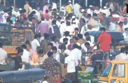 Corona Lockdown: कर्नाटक के कलबुर्गी में सोशल डिस्टेंसिंग की उड़ी धज्जियां, सब्जी मार्केट में उमड़ी भीड़