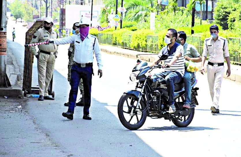 लॉकडाउन: पुलिस ने की सख्ती, विरोध कर रहे दवाई दुकान संचालक और पटवारी ...