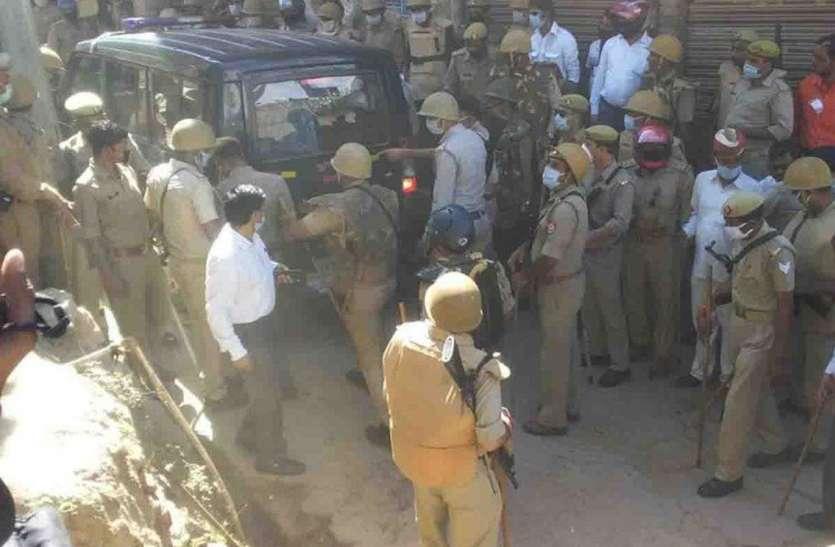 पुलिस पर नमाजियों के हमले के बाद पीएसी के हवाले हुआ शहर, ७५ लोगों पर मुकदमा
