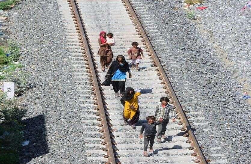 corona lockdown - घर पहुंचने रेलवे पटरियों पर 7 दिन पैदल चल मुंबई से बुरहानपुर पहुंचे 9 मजदूर, पैरों में आए छाले