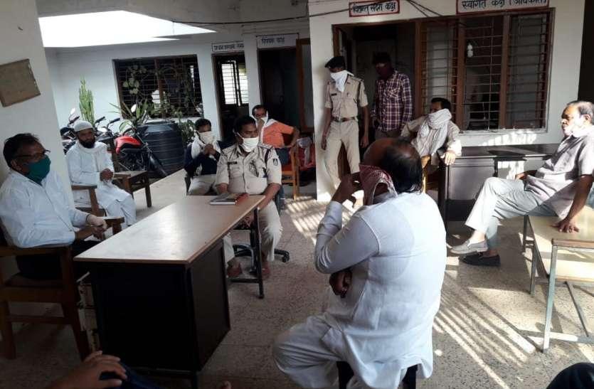 विक्रमपुर चौकी में टोटल लॉकडाउन को लेकर हुई बैठक