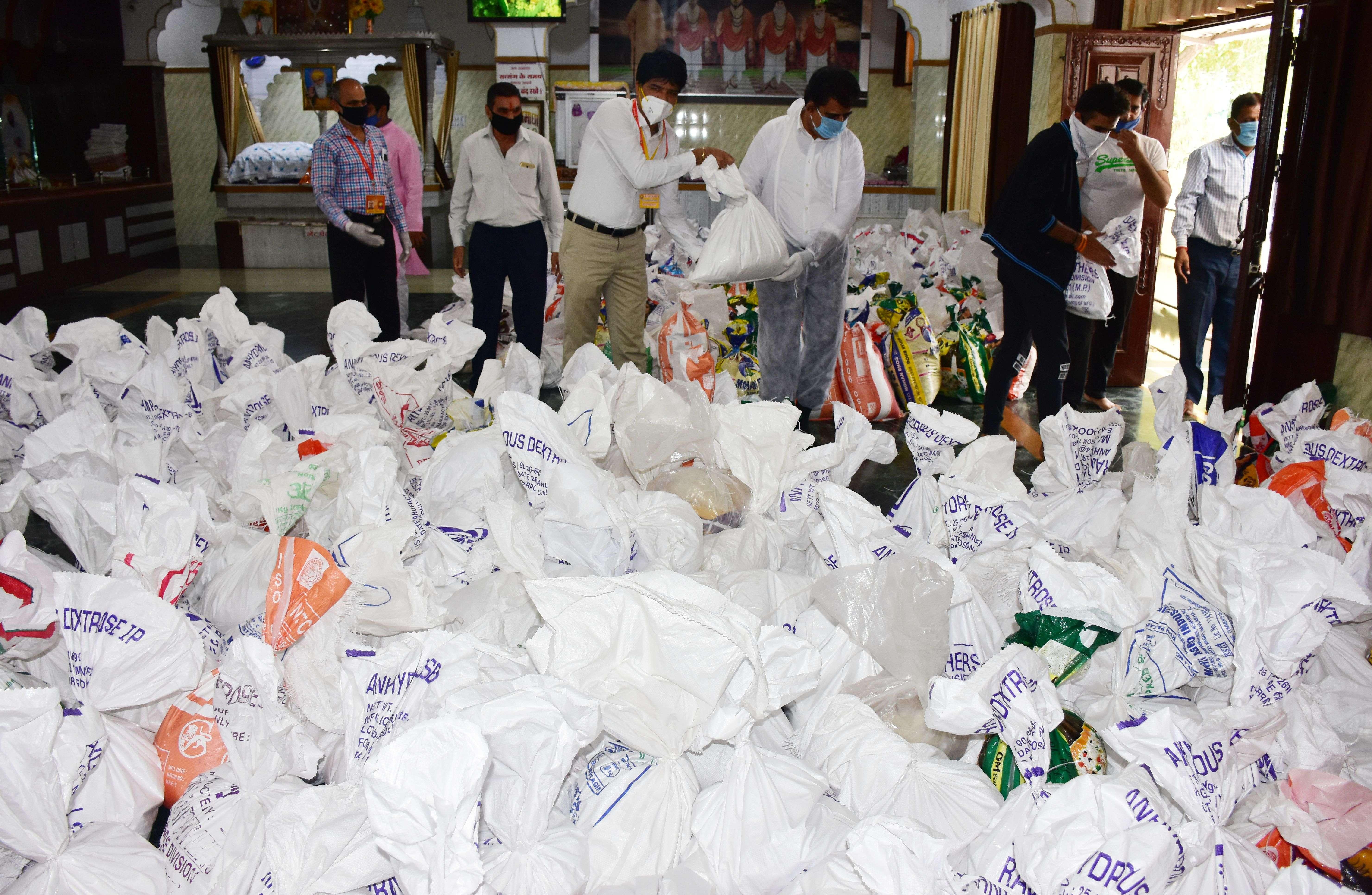 खाती वाला टेंक गोविंद धाम मे गरीबों के लिए राशन के पैकेट तैयार करती सेवादार महिलाएं