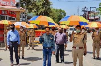 लाकडाउन के दौरान तेज धूप में ड्यूटी करने वाले पुलिस कर्मियों को बैंक द्वारा छाता वितरण किया गया