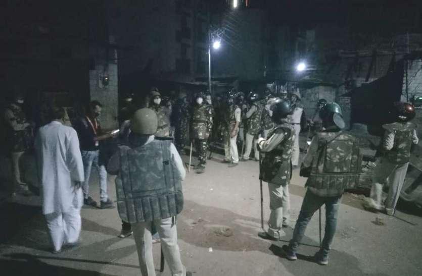 सड़कों पर थूकते रहे युवक, रहवासियों ने लाठियां लेकर रातभर की पहरेदारी
