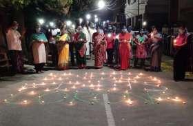 #9pm9minutes:  PM की अपील के बाद लोगों ने घरों के बाहर जलाए दीये और कैंडल, देखें तस्वीरें