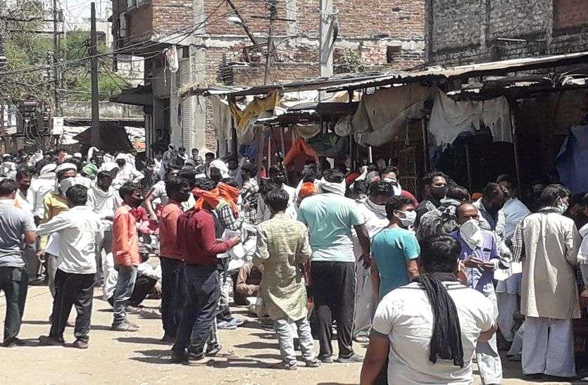 मांस-चूड़ी बेचने वाले भी पहुंचे सब्जी के पास लेने, पुलिस ने भांजी लाठियां