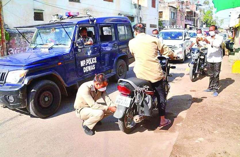 सरकारी कर्मचारी नहीं कर रहे थे लॉकडाउन का पालन, पुलिस ने चालान काटकर दी चेतावनी